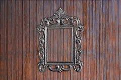 在老木墙壁上的银色框架 图库摄影