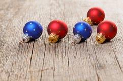 在老木头的小的新年度装饰球 免版税库存照片