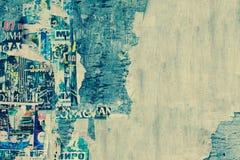 在老木广告牌Backgroun的被风化的被撕毁的颜色海报 库存照片