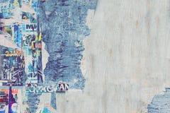 在老木广告牌Backgroun的被风化的被撕毁的颜色海报 库存图片