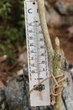 在老木杆的木温度计 库存图片