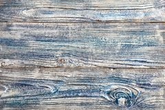 在老木板条木板的白色蓝色油漆拖曳了佩带破裂的被绘的破旧的backgroun几层数  库存图片