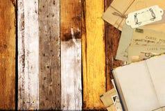 在老木板条的旧书和葡萄酒明信片 库存照片