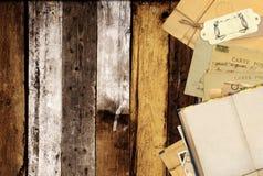 在老木板条的旧书和葡萄酒明信片 免版税图库摄影