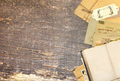 在老木板的旧书和葡萄酒明信片 库存照片