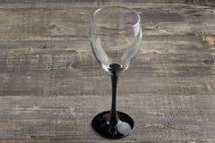 在老木桌上的一个酒杯 背景 库存照片