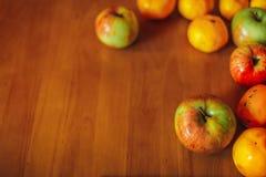 在老木桌上的健康食物背景 免版税库存照片