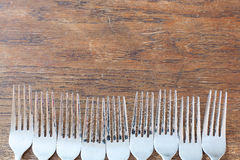 在老木桌上的几把土气叉子 库存照片