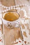 在老木桌上的咖啡杯 免版税库存照片