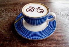 在老木桌上的咖啡杯 库存图片