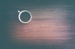 在老木桌上的咖啡 顶视图 图库摄影