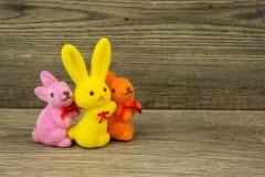 在老木桌上的复活节兔子 免版税库存照片
