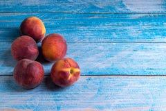 在老木桌上的桃子 免版税库存照片