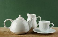 在老木桌上的白色陶瓷咖啡具 免版税图库摄影