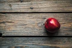 在老木桌上的苹果计算机 果子,自然食物 库存照片