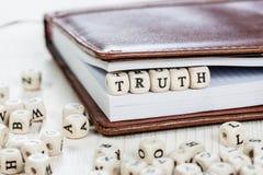 在老木桌上的词真相 库存图片