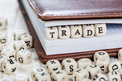 在老木桌上的词贸易 库存照片