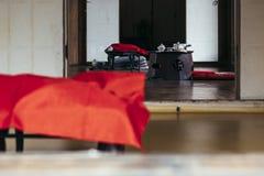 在老木桌上的韩国茶具 免版税库存图片