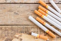 在老木桌上的香烟卷 免版税图库摄影