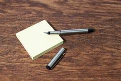 在老木桌桌上的贴纸 库存图片