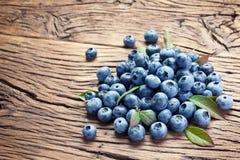 在老木桌的蓝莓 图库摄影