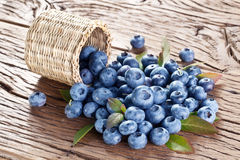 在老木桌的蓝莓 免版税库存图片