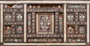 在老木椅子的木无缝的花卉样式装饰品 库存照片