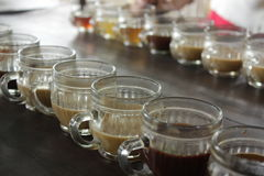 在老木的咖啡杯顶视图 免版税库存照片