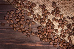 在老木的烤巴西咖啡豆 免版税库存图片