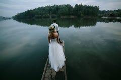在老木码头的婚礼夫妇 免版税库存照片