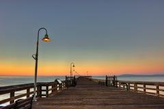 在老木码头的日出灯 免版税库存图片