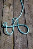 在老木码头的蓝色和白色绳索 免版税图库摄影