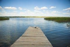在老木码头的钓鱼竿 库存图片