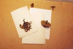 在老木背景的三张空的照片 免版税库存照片