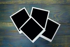 在老木背景的四张照片框架 免版税库存图片