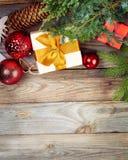 在老木背景的圣诞节装饰 库存照片