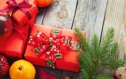 在老木背景的圣诞节装饰 库存图片