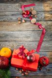 在老木背景的圣诞节装饰 免版税库存照片