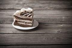 在老木背景的巧克力蛋糕 免版税库存照片
