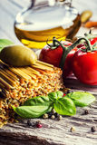 在老木背景的意大利和地中海食品成分 免版税图库摄影