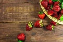 在老木背景的新鲜的草莓 图库摄影