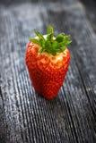 在老木背景的新鲜的草莓 免版税库存图片