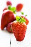 在老木背景的新鲜的草莓 库存图片