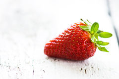 在老木背景的新鲜的草莓 库存照片