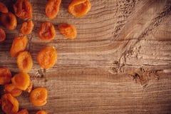 在老木背景的杏干 图库摄影