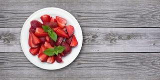 在老木背景的水多的strawberrys 库存图片
