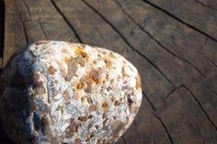 在老木背景的温泉装饰小卵石 免版税库存照片