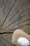 在老木背景的温泉装饰小卵石 图库摄影