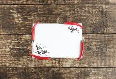 在老木背景的热的红辣椒辣椒 免版税库存照片