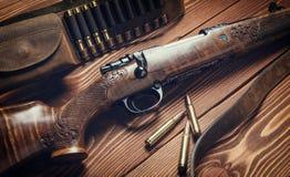 在老木背景的狩猎设备 定调子 免版税图库摄影